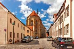 Улица и St Georg Kirche- Nordlingen - Германия стоковое фото