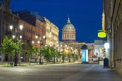 Улица Малайи Konyushennaya и собор на ноче, Санкт-Петербург Казани, Россия стоковые фото