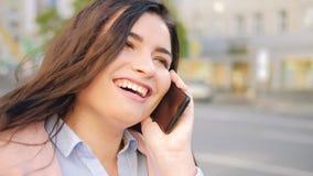 Улица мобильного телефона беседы женщины Chatterbox смеясь акции видеоматериалы