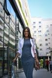 Улица молодой счастливой женщины идя удовлетворяемая с хозяйственными сумками Стоковое Фото