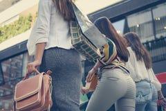 Улица 3 молодых женщин идя с хозяйственными сумками Стоковая Фотография RF