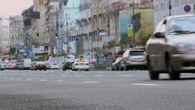 Улица на дневном времени, автомобили города промежутка времени управляет быстрым, низким углом акции видеоматериалы