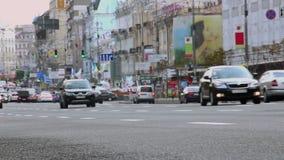 Улица на дневном времени, автомобили города управляет медленным, ограничение ограничения в скорости акции видеоматериалы