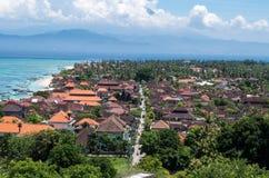 Улица на пляже Jungut Batu с Бали на заднем плане, Nusa Lembongan, Индонезия стоковые изображения