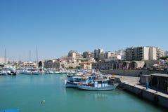 Улица на пристани с яхтами в курортном городе ираклиона, Крита стоковые изображения