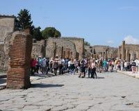 Улица на руинах Помпеи в Италии с туристами Стоковые Изображения
