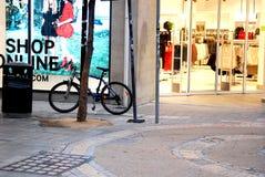 Улица Никосии в Кипре, и кипрскые памяти жизни и горожан улицы города Стоковые Изображения