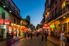 Улица Новый Орлеан Бурбона на сумраке Стоковые Фото