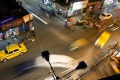 Улица ночи & силуэты желтых кабин такси Стоковые Фотографии RF