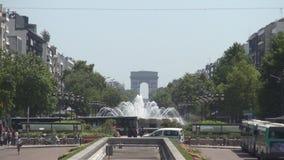 Улица Парижа городская с красивым большим фонтаном в центре