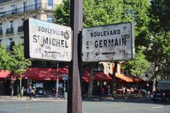 Улица подписывает внутри Париж, Францию стоковые изображения rf