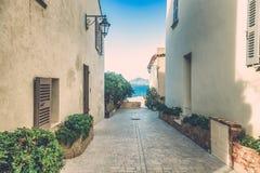 Улица при белые здания водя к морю, St Tropez, Pr стоковое фото