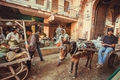 Улица рынка с толпой идя водителя людей и осла Стоковая Фотография