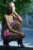 улица сидеть на корточках девушки Стоковые Фотографии RF