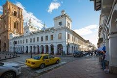 Улица Симон Боливар и собор Cuenca на заходе солнца эквадоре Стоковые Изображения