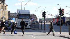 Улица скрещивания замедленного движения в Германии Гамбурге сток-видео