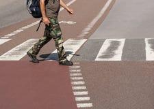 Улица скрещивания человека Стоковые Изображения RF