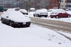 улица снежка автомобилей вниз Стоковые Изображения