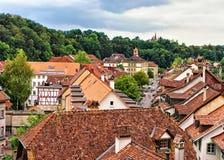 Улица со старыми верхними частями крыши домов в Bern стоковое фото rf