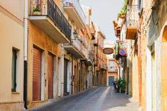 Улица со старыми домами в Aidone Сицилии стоковая фотография