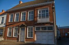 Улица с домом кирпича на заходе солнца в Tielt стоковая фотография