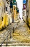 Улица с лестницами в Валлетте стоковое изображение rf
