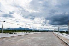 Улица с электрической линией на ландшафте искусства сельском Поле, гора и озеро Стоковое Изображение RF