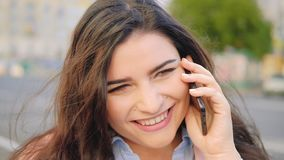 Улица телефона беседы женщины смеха дружелюбного звонка мобильная акции видеоматериалы