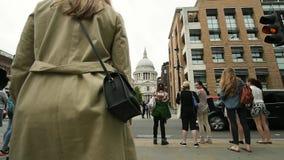 Улица ферзя Виктории с пешеходами к собору St Paul сток-видео
