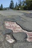 Улица asphault дает путь к первоначально дороге кирпича которое кладет underneath стоковая фотография rf