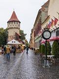 Улица Cetatii в дождливом дне в городе Сибиу в Румынии Стоковые Изображения