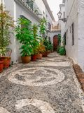 Улица Frigiliana с арабскими булыжниками стоковое фото