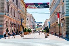 Улица Karasz основа, большинств известная, привлекательная пешеходная улица в Szeged Много банки, рестораны, бары, магазины и идт стоковое фото rf