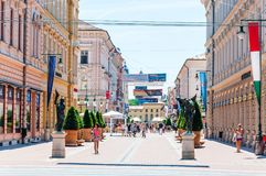 Улица Karasz основа, большинств известная, привлекательная пешеходная улица в Szeged Много банки, рестораны, бары, магазины и идт стоковое изображение rf