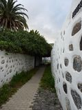 Улица Narrrow с типичными загородками Canarios Стоковые Фотографии RF
