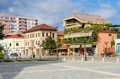 Улица Rruga Marin Bicikemi в центре города Shkoder, Албании Стоковые Изображения RF