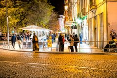Улица Rua Augusta в вечере, Rua Augusta ходит по магазинам, туристы, кафа и рестораны стоковые фотографии rf