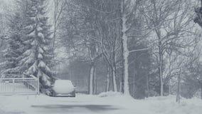 Улица Snowy городка горы с автомобилем, бедствием снега деревни Ландшафт зимы с падая снегом сток-видео