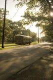 улица st charles известная New Orleans автомобиля стоковые изображения