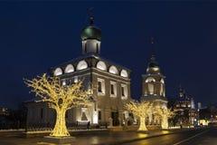 Улица Varvarka с церков St Барбара с колокольней и сентенцией сентенции исповедника благословленное на рождестве и Новом Годе стоковое фото
