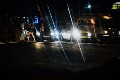 Улицы города в Бангалоре, Индии на фотоснимке ночи стоковое изображение