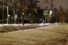 Улицы города в снежной ночи зимы стоковые изображения
