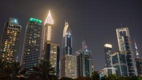 Улицы города ночи и небоскребов Дубай Timelapse сток-видео