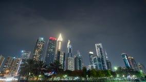 Улицы города ночи и небоскребов Дубай Timelapse видеоматериал