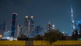 Улицы города ночи с дорожным движением и небоскребов Дубай Timelapse видеоматериал