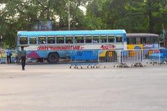 Улицы города с общественным транспортом Kolkata, Индии стоковое изображение