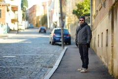 Улицы мужского туриста идя живописные средневековые городка Kutaisi, столицы западной зоны Imereti, Georgia Стоковое Изображение RF
