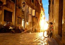 Улицы ночи средневекового городка стоковое изображение