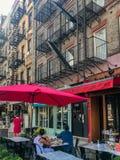 Улицы Нью-Йорка, Манхаттана, Соединенных Штатов - июля 2018, здание и люди Манхаттана стоковые фото