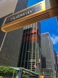 Улицы Нью-Йорка, Манхаттана, Соединенных Штатов - июля 2018, здание и люди Манхаттана Стоковое Фото